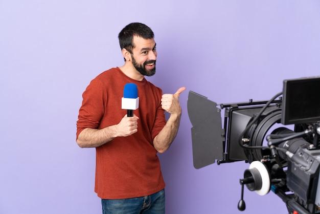 Uomo del giornalista sopra la parete isolata