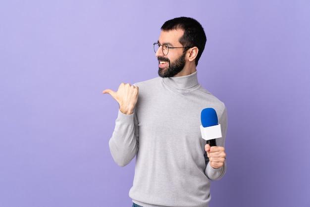 Giornalista o reporter con microfono