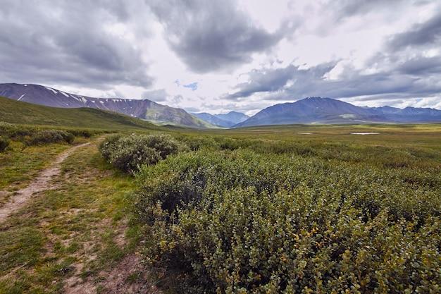 Viaggio a piedi attraverso le valli montane.