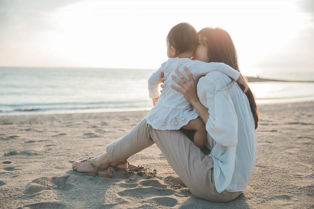 Gioia mamma e bambino al tramonto