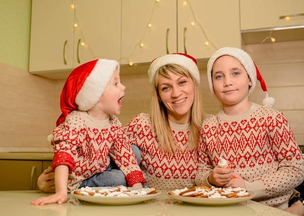 Bambini allegri che decorano i biscotti di pan di zenzero con divertimento