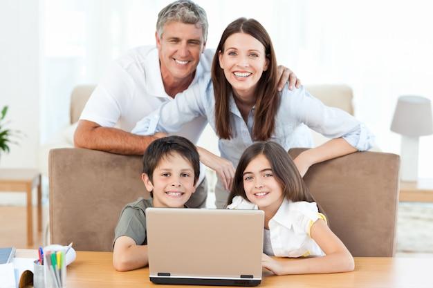 Famiglia gioiosa guardando la telecamera