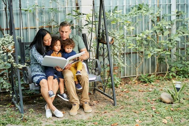 Famiglia allegra con libro interessante