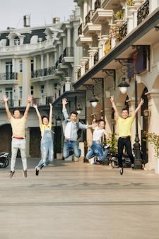 Gioiosi che saltano i giovani