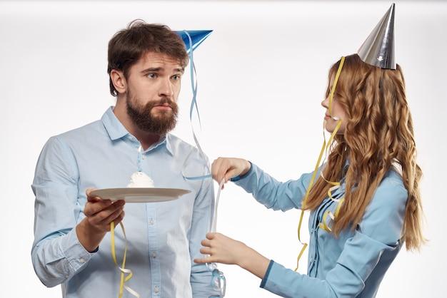 Uomo allegro e donna allegra vacanza torta festa di compleanno cap festa aziendale giovani