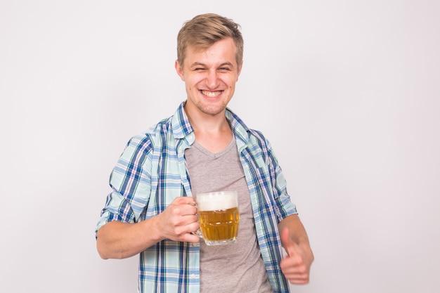 Uomo gioioso con la barba con un boccale di birra su sfondo blu