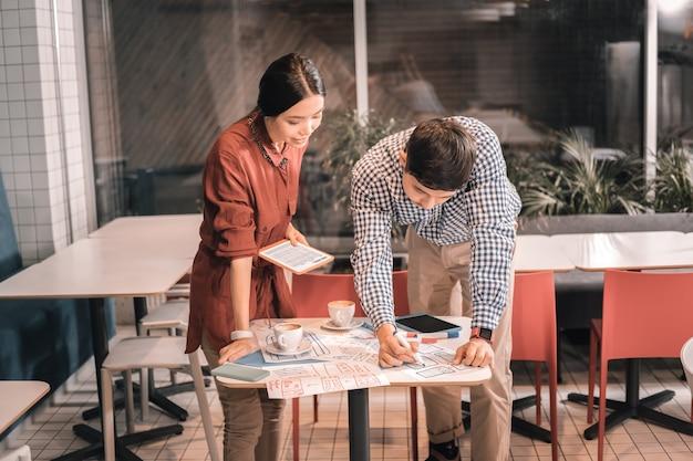 Processo gioioso. uomo e donna che si godono il processo di lavorare insieme su un progetto emozionante sensazionale