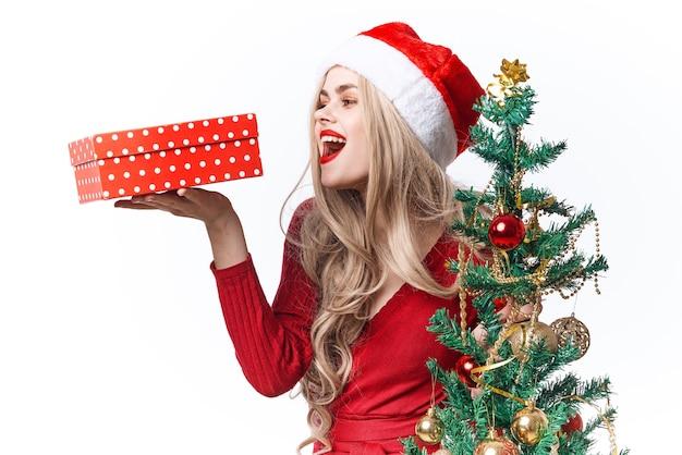 Fondo chiaro della decorazione dei regali di natale della donna allegra