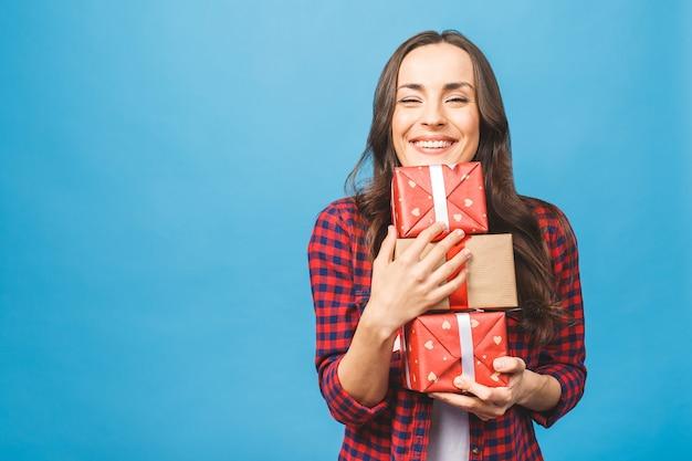 Donna allegra donna che tiene molte scatole con i regali