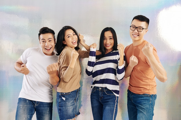 Gioiosi giovani asiatici