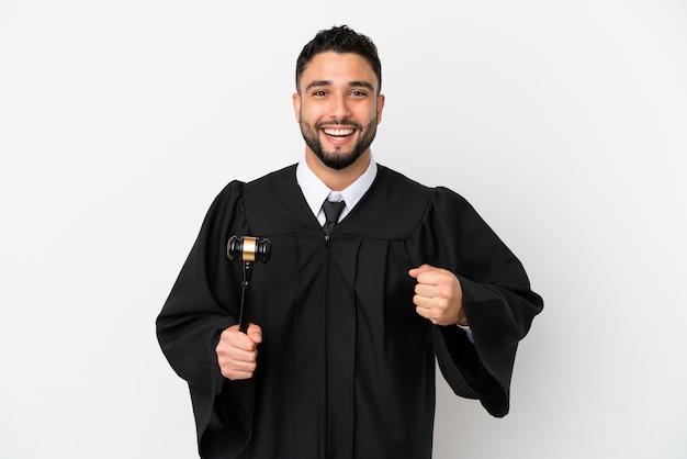 Giudice uomo arabo isolato su sfondo bianco che celebra una vittoria nella posizione del vincitore