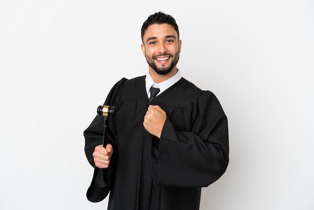 Giudice uomo arabo isolato su sfondo bianco che celebra una vittoria