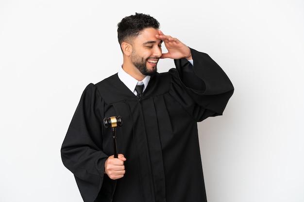 Giudice uomo arabo isolato su sfondo bianco sorridente molto