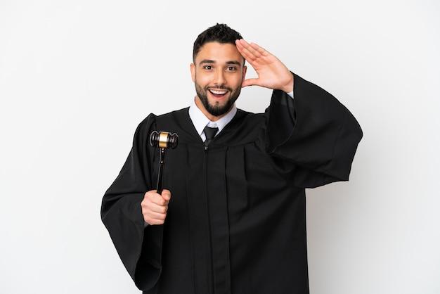 Giudice uomo arabo isolato su sfondo bianco con espressione di sorpresa