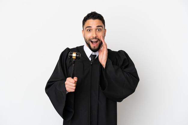 Giudice uomo arabo isolato su sfondo bianco con espressione facciale sorpresa e scioccata