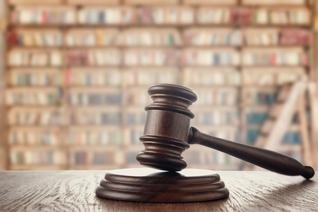 Martelletto del giudice (asta) sullo sfondo della biblioteca