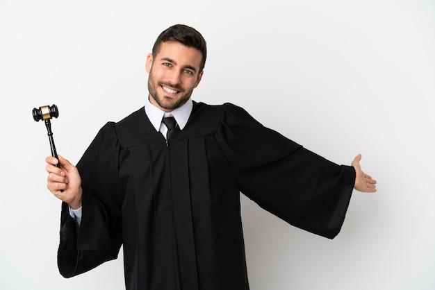 Giudica l'uomo caucasico isolato su sfondo bianco che allunga le mani di lato per invitare a venire