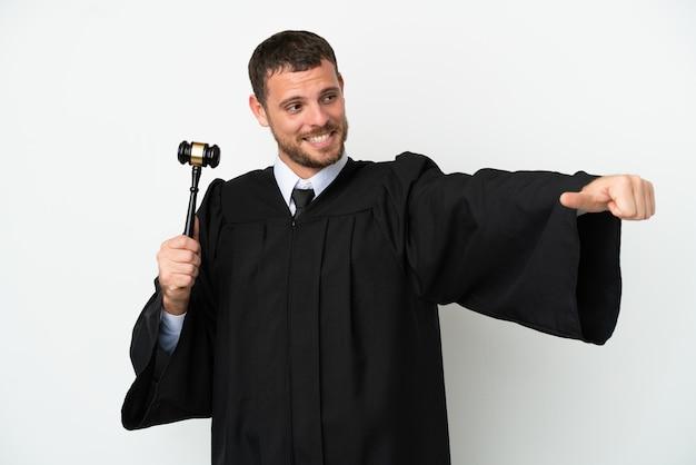 Giudicare l'uomo caucasico isolato su sfondo bianco dando un gesto di pollice in alto