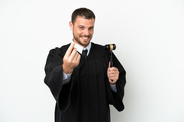 Giudice uomo caucasico isolato su sfondo bianco fare soldi gesto