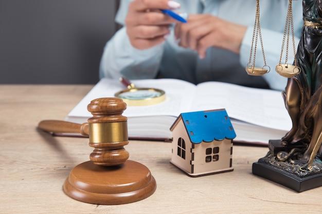 Il giudice esamina i dati sulla casa. contenzioso sulla proprietà