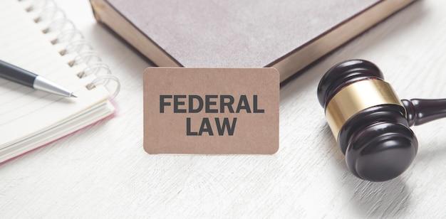 Martelletto del giudice, libro e blocco note. legge federale
