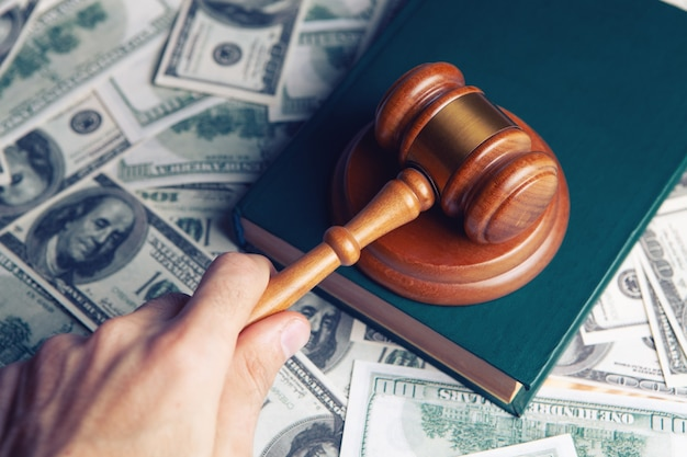 Martelletto del giudice, dollari per affari, finanza, corruzione, denaro, crimini finanziari
