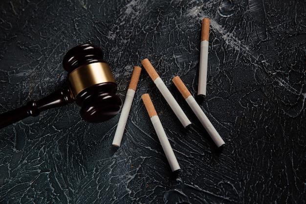 Martelletto del giudice e cinque sigarette