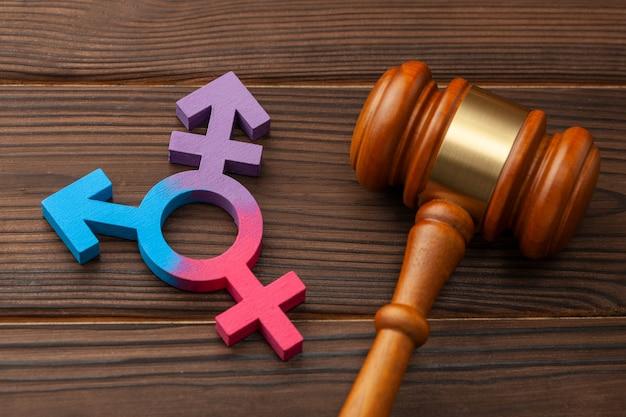 Martelletto del giudice e simbolo di genere del transgender.