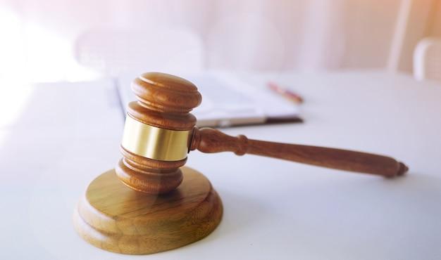 Martelletto del giudice martello sulla scrivania dell'avvocato