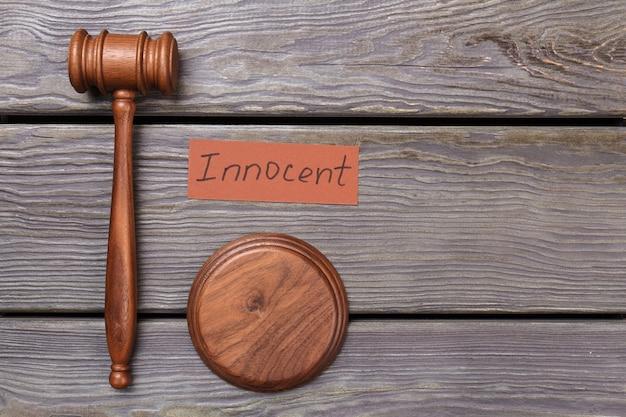 Martelletto del giudice e verdetto innocente. martello in legno browm.