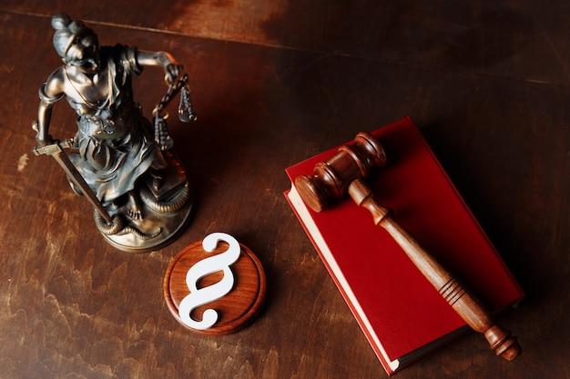 Martelletto del giudice e signora della giustizia in un'aula di tribunale