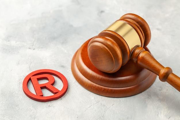 Martelletto del giudice e segno di marchio rosso.