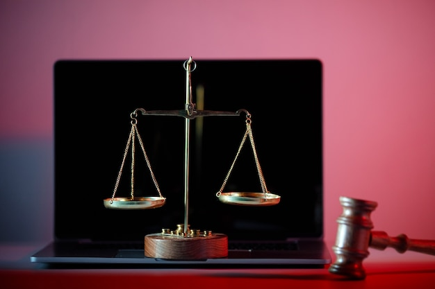 Martelletto del giudice e bilancia della giustizia nell'ufficio del notaio.