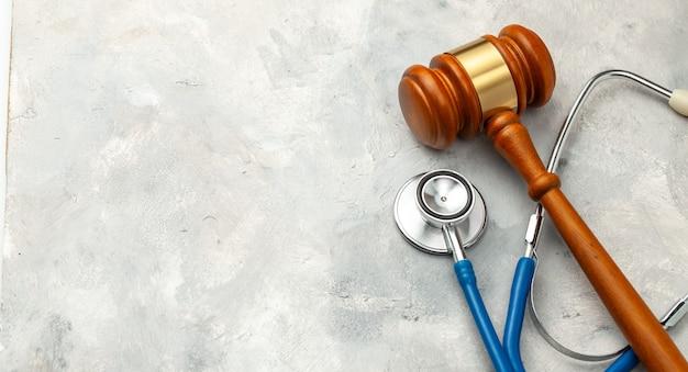 Giudice martello e stetoscopio. la legge in medicina, la sentenza sulla colpa medica.