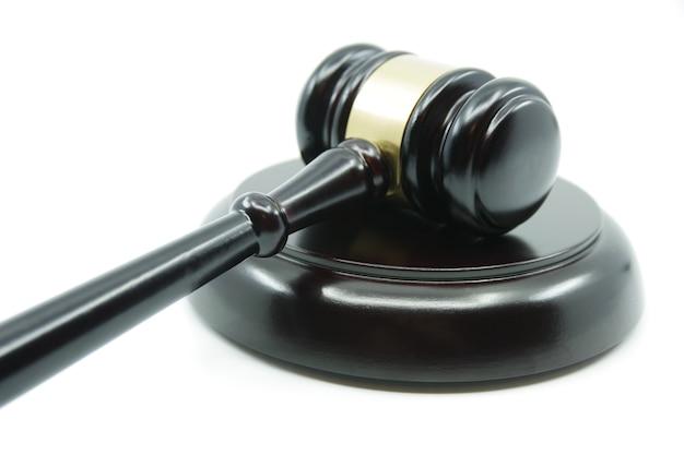 Judge gavel su uno sfondo bianco. concetto di giustizia. legge e giustizia. concetto di legalità