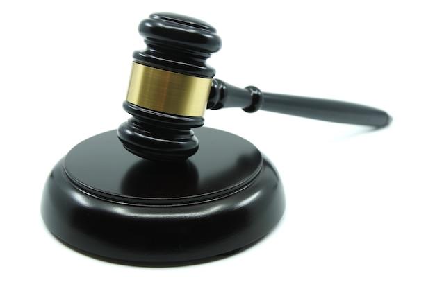 Giudice martelletto su una superficie bianca giustizia concetto legge e giustizia legalità concetto