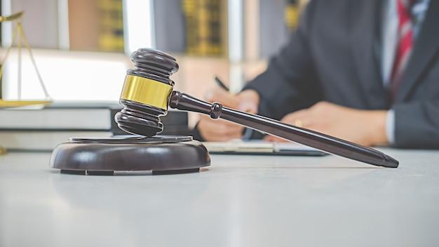 Martelletto del giudice con gli avvocati della giustizia che hanno riunioni di gruppo presso lo studio legale. concetti di diritto e servizi legali.