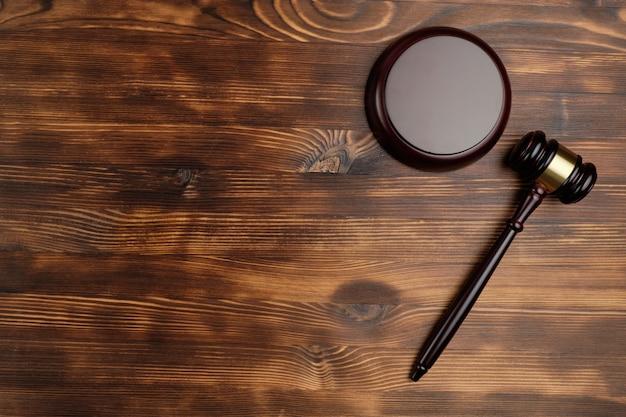 Martelletto del giudice su fondo di legno con vista dall'alto e copia spazio