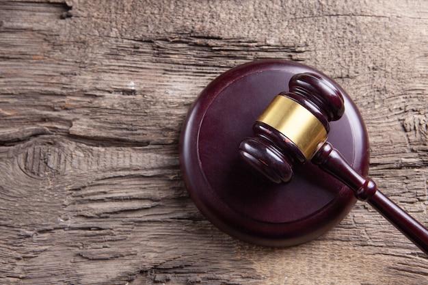 Martelletto del giudice sullo sfondo di legno