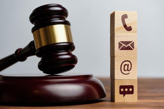 Il martello del giudice si trova accanto alle icone dei contatti per telefono, e-mail e messenger