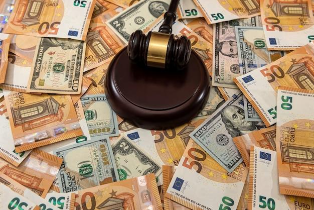Martello del giudice di un giudice sulla banconota del dollaro e dell'euro