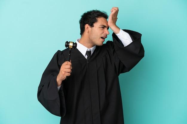 Il giudice su sfondo blu isolato ha realizzato qualcosa e intendeva la soluzione