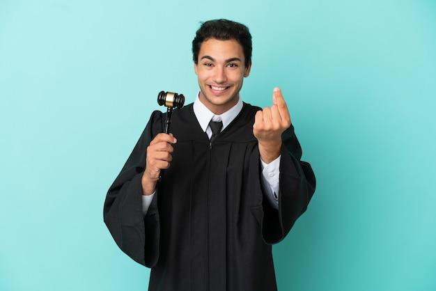 Giudice sopra fondo blu isolato che fa il gesto dei soldi