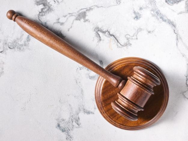 Martelletto dell'asta del giudice sul tavolo - vista dall'alto
