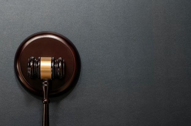 Martelletto del giudice su fondo in pelle nera, vista dall'alto. concetto di diritto.