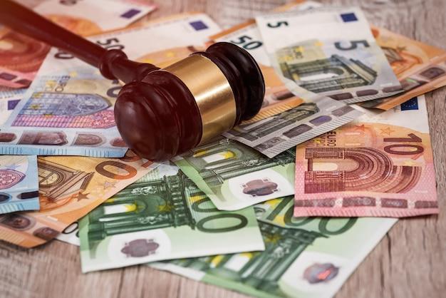 Primo piano del martelletto del giudice sulle banconote in euro