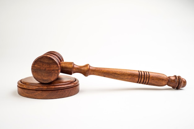 Martelletto del giudice su sfondo chiaro, vista dall'alto. nozione di diritto.