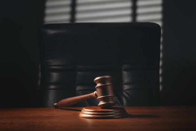 Martelletto del giudice sul tavolo