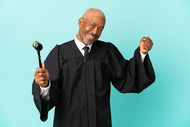 Giudice uomo anziano isolato su sfondo blu facendo un gesto forte