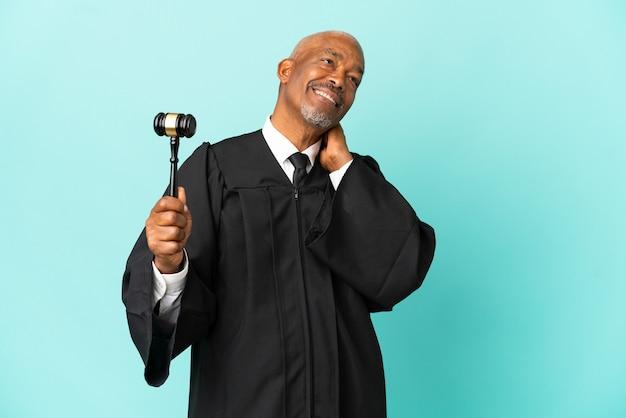 Giudice uomo anziano isolato su sfondo blu che ride